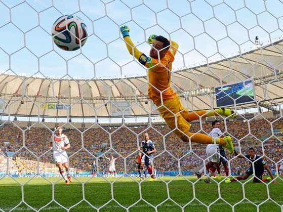 Một pha ghi bàn trong trận Pháp - Đức tại World Cup 2014 - Ảnh: Independent.co.uk