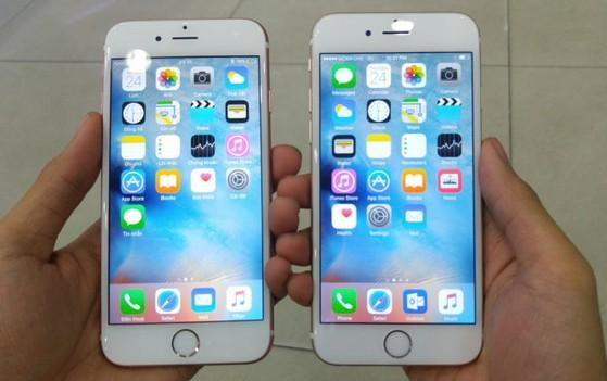 So sánh kiểu dáng không khác biệt của iPhone 6S hồng vàng (Rose Gold - trái) so với iPhone 6 vàng (Gold) - Ảnh: T.Trực