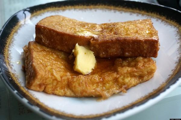 Bánh mì nướng – Hồng Kông: Món bánh mì nướng Hồng Kông nổi bật với bơ lạc và mứt được phết rất nhiều, ngâm trong trứng đánh, chiên với bơ và ăn kèm với thật nhiều siro và bơ.