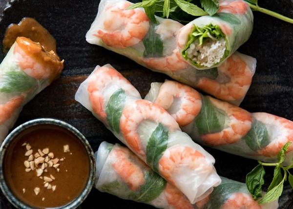 Gỏi cuốn – Việt Nam: Món gỏi cuốn gồm có thịt luộc, rau thơm, bún được gói trong bánh tráng.