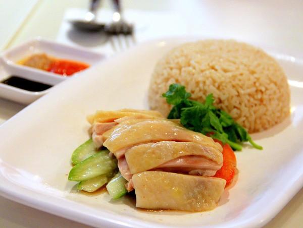 Cơm gà – Singapore: Được cho là món ăn truyền thống của Singapore, món ăn gồm có gà luộc bày trên cơm được chín tưới thêm dầu ăn, ăn kèm với dưa chuột