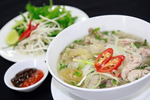 Phở - Việt Nam: Món phở gồm có nước dùng, bánh phở tươi, rau thơm, ăn kèm thịt bò hoặc gà.