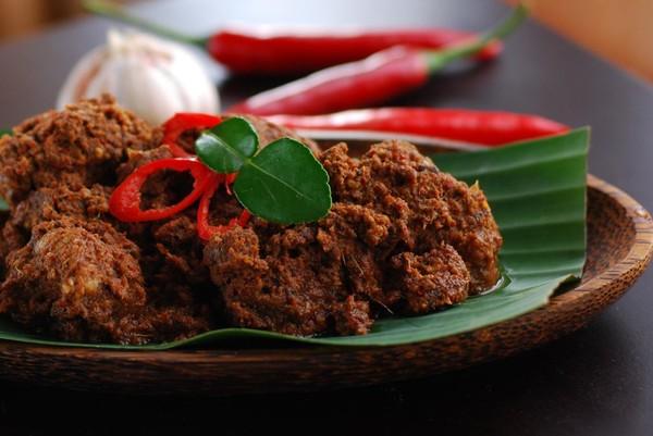 Món ăn này của Indonesia gồm có thịt bò được hầm với nước dừa và hỗn hợp gồm sả, tỏi, nghệ, gừng và ớt trong vài giờ cho đến khi thịt mềm, ngấm hương vị và rất thơm ngon.