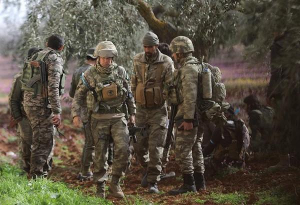 Quân Thổ Nhĩ Kỳ và lực lượng tay súng đối lập Syria tại Afrin. Ảnh REUTERS