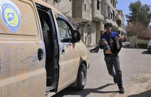 Dân thường chạy nạn ở Đông Ghouta. Ảnh: AP