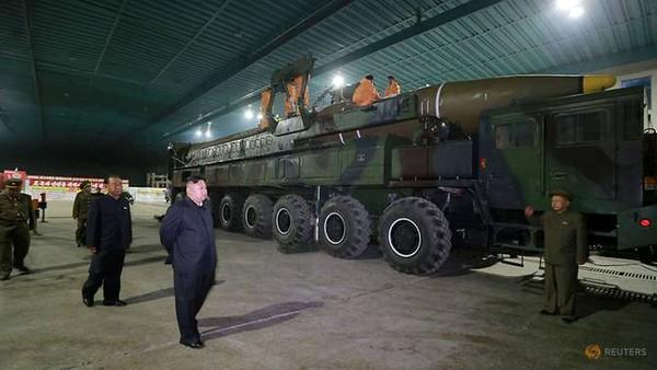 Lãnh đạo Triều Tiên Kim Jong-un thanh sát tên lửa ICBM Hwasong-14. Ảnh: KCNA công bố ngày 5-6-2017