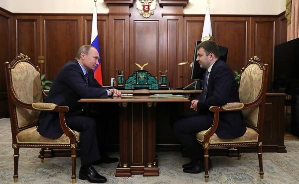 Bộ trưởng Phát triển Kinh tế Nga Maxim Oreshkin (phải) trong một lần gặp Tổng thống Nga Vladimir Putin (trái). Ảnh: KREMLIN.RU