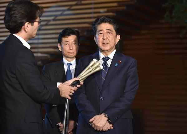 Thủ tướng Nhật Shinzo Abe (phải) đến hội nghị G7 với tâm thế chịu nhiều áp lực. Ảnh: EPA