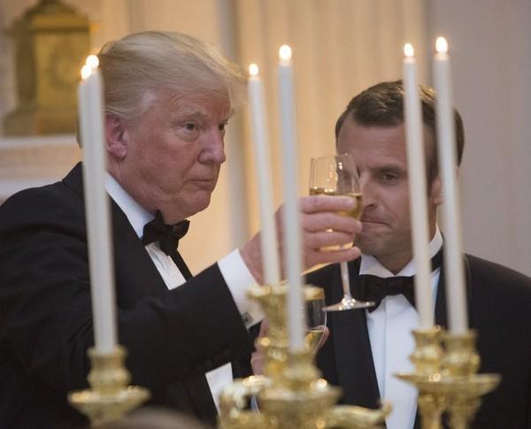 Với Tổng thống Pháp Emmanuel Macron (phải), chính sách thương mại bảo hộ của Tổng thống Mỹ Donald Trump (trái) không chỉ đe dọa đến quyền lợi kinh tế Pháp mà còn là một thách thức với an ninh liên minh. Ảnh: EPA