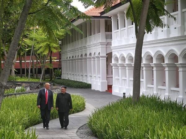 Hai ông Trump-Kim đi dạo quanh khách sạn Capella ở Singapore sau bữa trưa ngày 12-6. Ảnh: ST