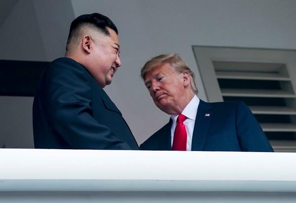 Tổng thống Mỹ Donald Trump (phải) và lãnh đạo Triều Tiên Kim Jong-un tại cuộc gặp thượng đỉnh ở Singapore ngày 12-6. Ảnh: NYT