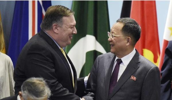 Ngoại trưởng Mỹ Mike Pompeo (trái) và Bộ trưởng Ngoại giao Triều Tiên Ri Yong-ho gặp nhau tại Singapore tuần trước. Ảnh: AFP