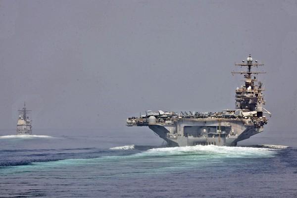 Tàu khu trục tên lửa USS Cape St. George và tàu sân bay USS Abraham Lincoln đi ngang qua eo biển Hormuz. Ảnh: US NAVY