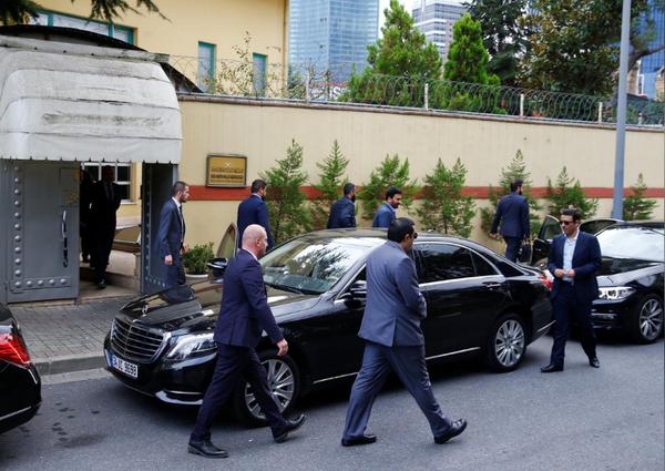Quan chức ra vào lãnh sự quán Saudi Arabia ở Istanbul (Thổ Nhĩ Kỳ) ngày 9-10. Ảnh: REUTERS