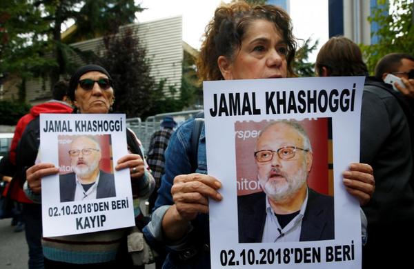 Các nhà hoạt động nhân quyền cầm ảnh nhà báo Jamal Khashoggi biểu tình trước lãnh sự quán Saudi Arabia ở Istanbul (Thổ Nhĩ Kỳ) ngày 9-10. Ảnh: REUTERS