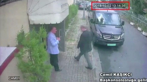 Hình ảnh chụp từ máy quay an ninh cho thấy nhà báo Jamal Khashoggi vào lãnh sự quán Saudi Arabia ở Istanbul (Thổ Nhĩ Kỳ) ngày 2-10. Ảnh: REUTERS
