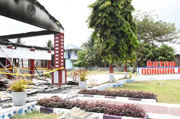 Hai khu nhà giam và một sân bóng ở nhà tù huyện Donggala, tỉnh Trung Sulawesi bị đốt trước khi lãnh đạo nhà tù quyết định thả tù nhân. Ảnh: NPR