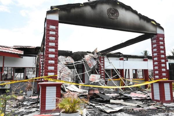 Nhà tù huyện Donggala bị tù nhân đốt, một ngày sau khi xảy ra thảm họa kép động đất sóng thần chiều 28-9. Ảnh: NPR