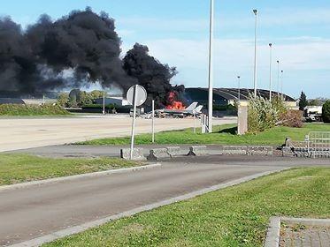Chiếc F-16 cháy dữ dội sau vụ nổ chiều 11-10 tại căn cứ không quân Florennes (Bỉ).. Ảnh: TWITTER