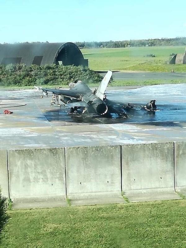 Chiếc F-16 bị thiêu rụi còn bộ khung sau vụ nổ, cháy chiều 11-10 tại căn cứ không quân Florennes (Bỉ). Ảnh: TWITTER