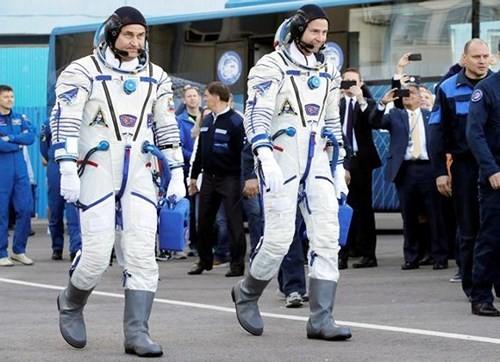 Hai phi hành gia Aleksey Ovchinin (người Nga – trái) và Nick Hague (người Mỹ - phải) hạ cánh an toàn sau khi tên lửa đẩy tàu vũ trụ Soyuz bị hỏng. Ảnh: EPA