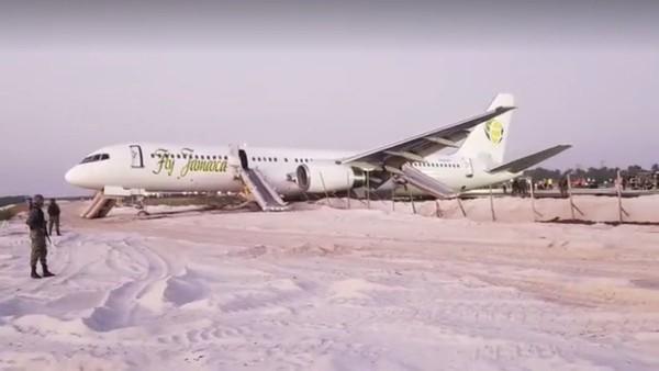 Chiếc Boeing 757 gặp sự cố ngay sau khi cất cánh. Ảnh: TWITTER
