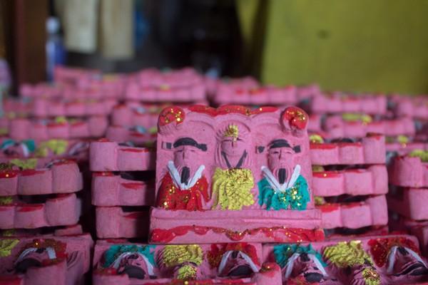 Theo tục lệ cổ truyền của người Việt, cứ đến 23 tháng Chạp âm lịch, Táo Quân, vị thần trong coi bếp lại cưỡi cá chép bay về trời để báo lại mọi việc xảy ra trong trong năm qua.
