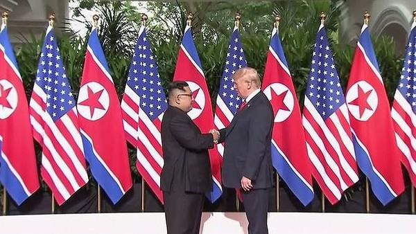 Hai ông Trump-Kim và cú bắt tay lịch sử tại cuộc gặp thượng đỉnh ngày 12-6 ở Singapore. Ảnh: CNA