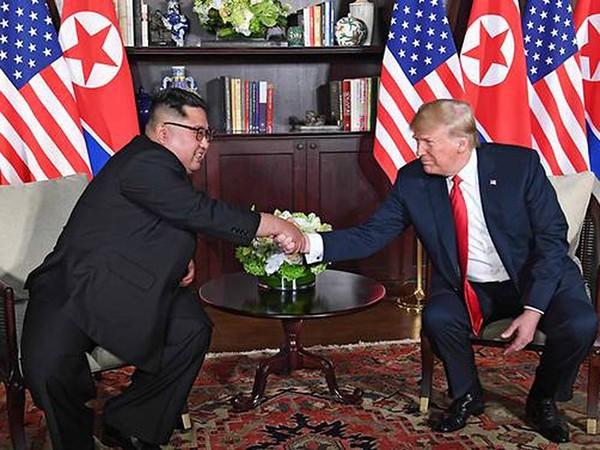 Ông Trump (phải) và ông Kim (trái) bắt đầu cuộc gặp riêng trong khuôn khổ và thượng đỉnh lịch sử Mỹ-Triều ngày 12-6 ở Singapore. Ảnh: CNA