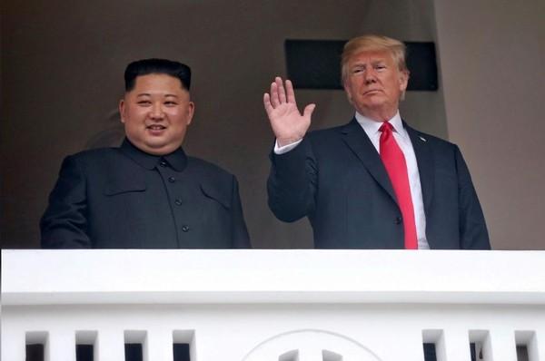 Hình ảnh hai ông Kim và Trump ra ban công chào các nhà báo sau cuộc gặp riêng trong khuôn khổ cuộc gặp thượng đỉnh lịch sử ngày 12-6 ở Singapore đăng trên KCNA.