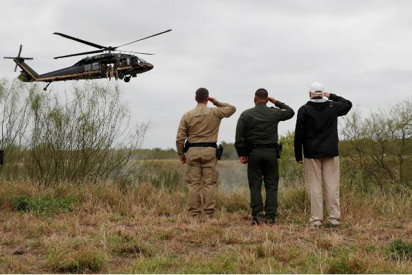 Tổng thống Mỹ Donald Trump (phải) chào trực thăng của lực lượng tuần tra biên giới khi ông đến vùng biên giới thị trấn Mission, bang Texas (Mỹ) – Mexico ngày 10-1. Ảnh: REUTERS