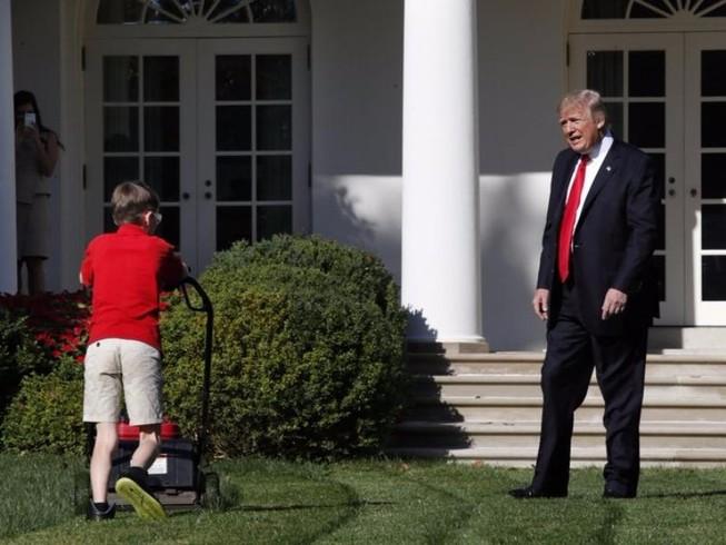 Cậu bé 11 tuổi, xin việc cắt cỏ tại Nhà Trắng