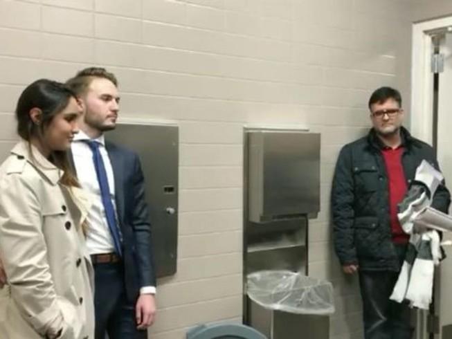 Cặp đôi kết hôn bên trong nhà vệ sinh nữ