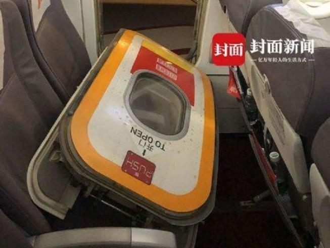 Ngột ngạt, khách mở cửa thoát hiểm máy bay để... hóng gió trời