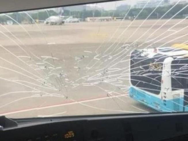 Máy bay Trung Quốc đến Việt Nam quay đầu vì nứt kính buồng lái
