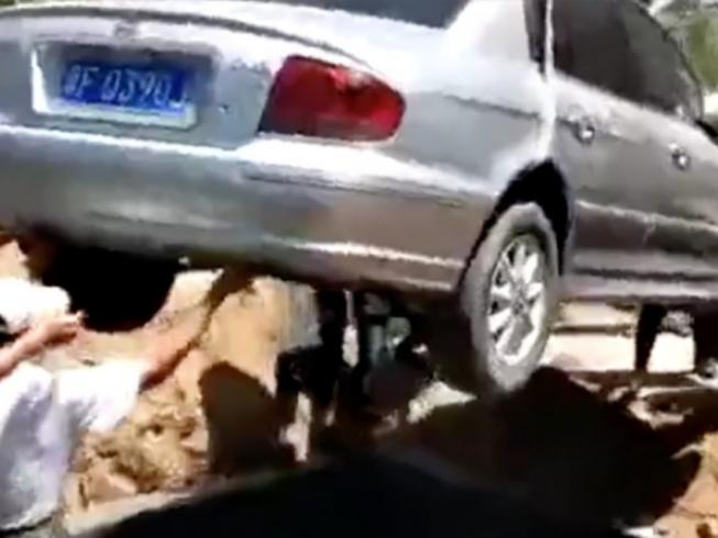 Lạ đời người đàn ông thích được mai táng trong xe hơi