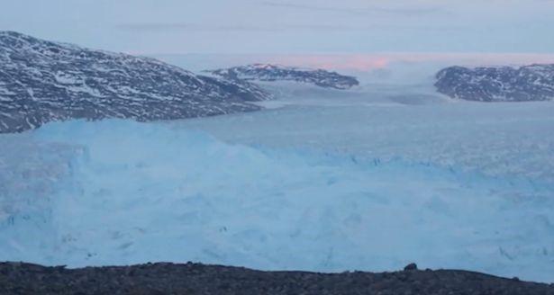 Khoảnh khắc tảng băng khổng lồ đứt gãy ngoạn mục