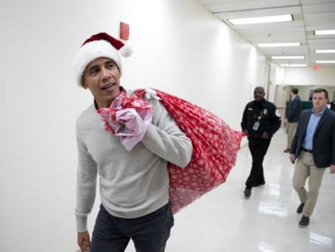 Ông Obama đóng giả ông già Noel tặng quà cho bệnh nhi
