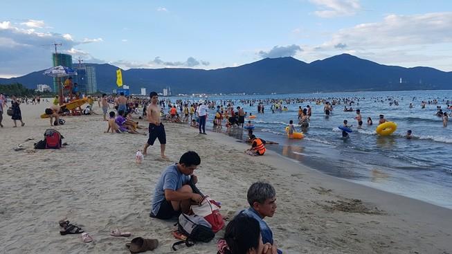 Khuyến cáo sứa lửa gây ngứa khi tắm biển Đà Nẵng
