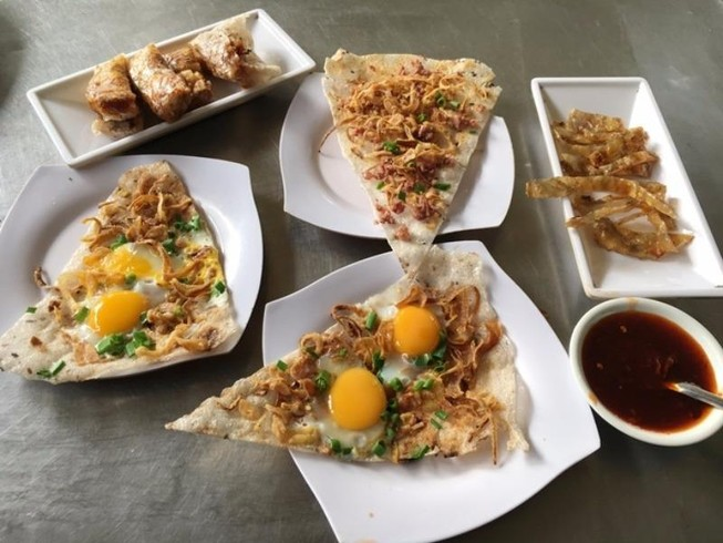 Quán bánh tráng kẹp 5.000 đồng nức tiếng Sài Gòn