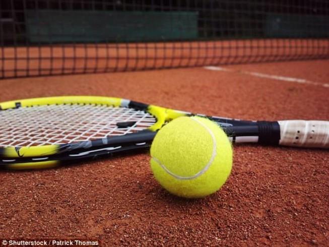 Bóng tennis đập vào ngực, suýt chết vì trụy tim