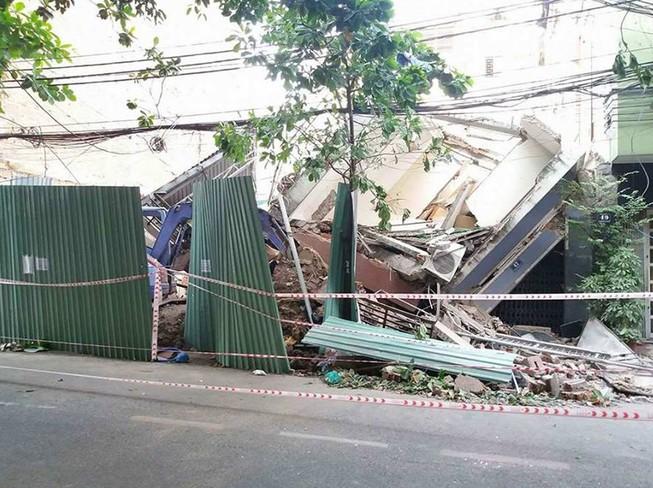 Kinh hãi 2 căn nhà cao tầng ở TP HCM đổ sập