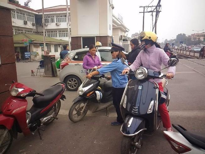 Gác tàu thu vé xe 'cắt cổ' trước cổng BV Bạch Mai