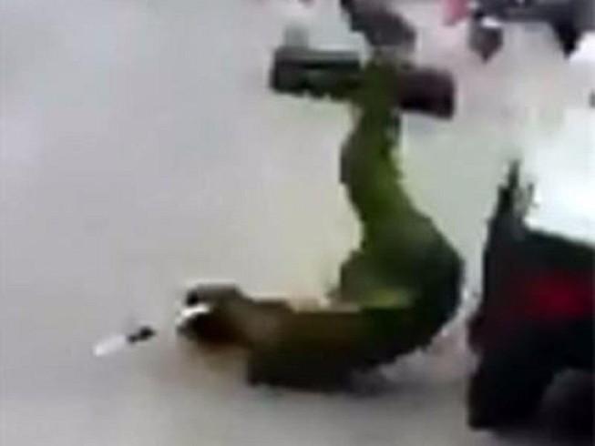 Tài xế lái xe tông ngã cảnh sát rồi bỏ chạy