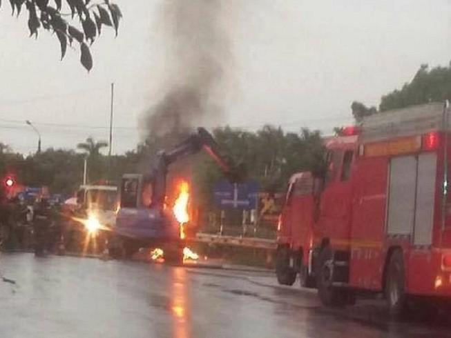 Xe tải chở đất đèn, gặp mưa bốc cháy ngùn ngụt