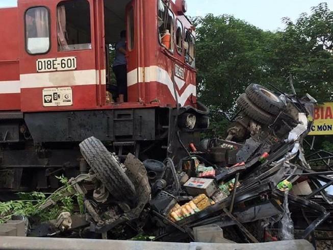 Xe tải bị tàu hỏa tông nát vụn