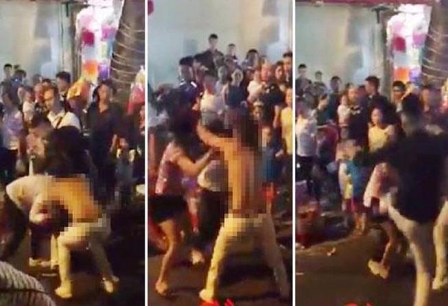 Cô gái trẻ bị lột đồ giữa đám đông