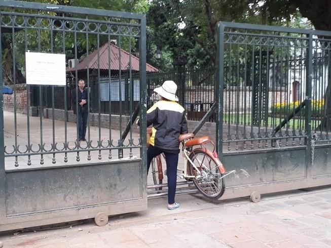Hà Nội: Người dân thăm Văn Miếu không có chỗ gửi xe