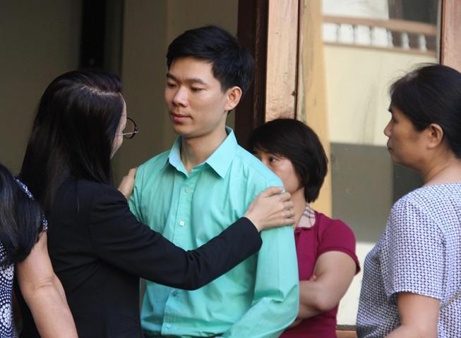LS dặn dò, chỉnh áo cho BS Lương trước khi vào phòng xử