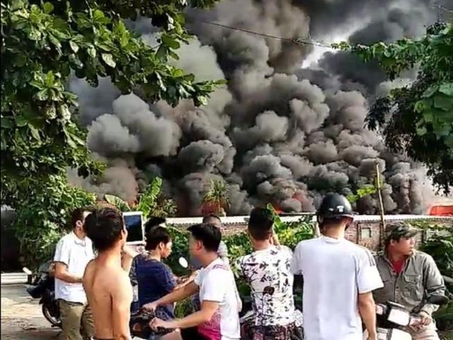 Nhà xưởng bốc cháy khủng khiếp, người dân ùn ùn bỏ chạy